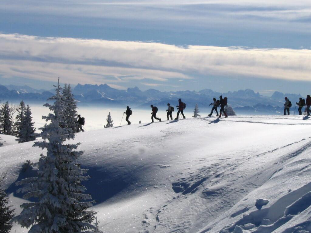 randonneurs en raquettes à neige sur le mont Tendre en Suisse