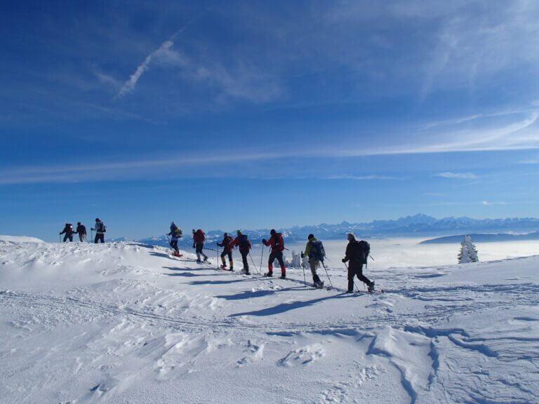 Un groupe de randonneurs en raquettes sur le Crêt de la Neige dans le Jura avec SportsNatureEvasion