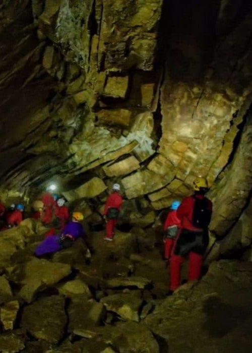 initiation à la géologie dans une grotte du jura en spéléologie