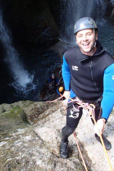 Descente en rappel d'une cascade en Canyoning vertical dans les gorges de la Langouette